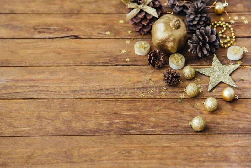 Kerstmis met denneappels op lijst royalty-vrije stock foto