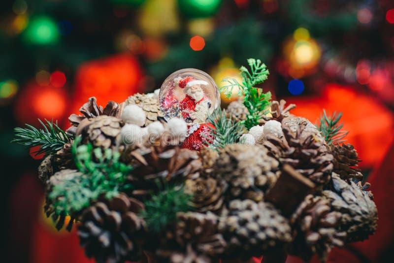 Kerstmis met kegels en kerstspeelgoed Kaart voor kerstmis Achtergrond en feestdagen in de winter stock afbeelding