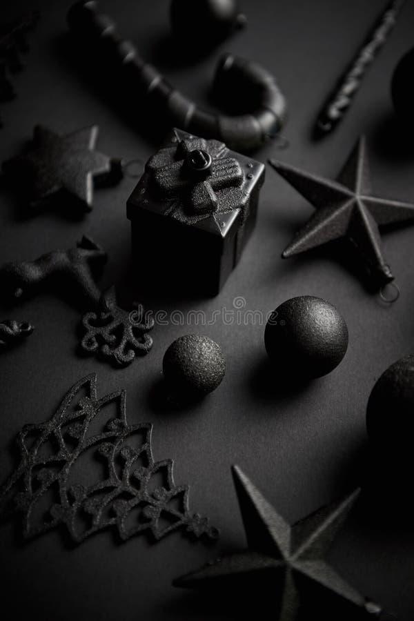 Kerstmis minimalistic en eenvoudige samenstelling in mat zwarte kleur stock foto