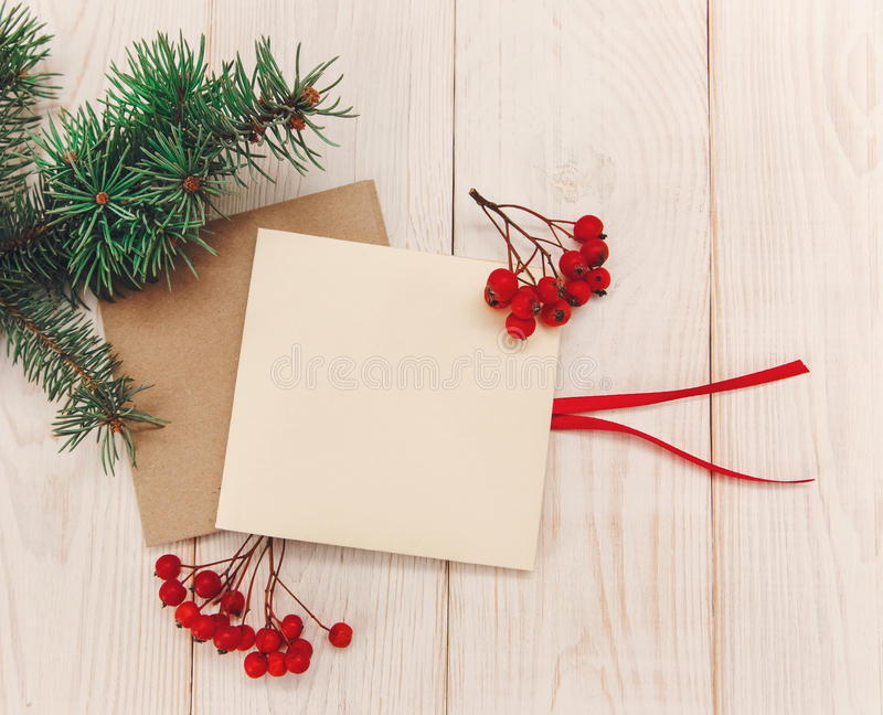 Kerstmis mokup Het kader van de boomtak, lege kaarten met lijsterbes Witte Houten lijst stock foto