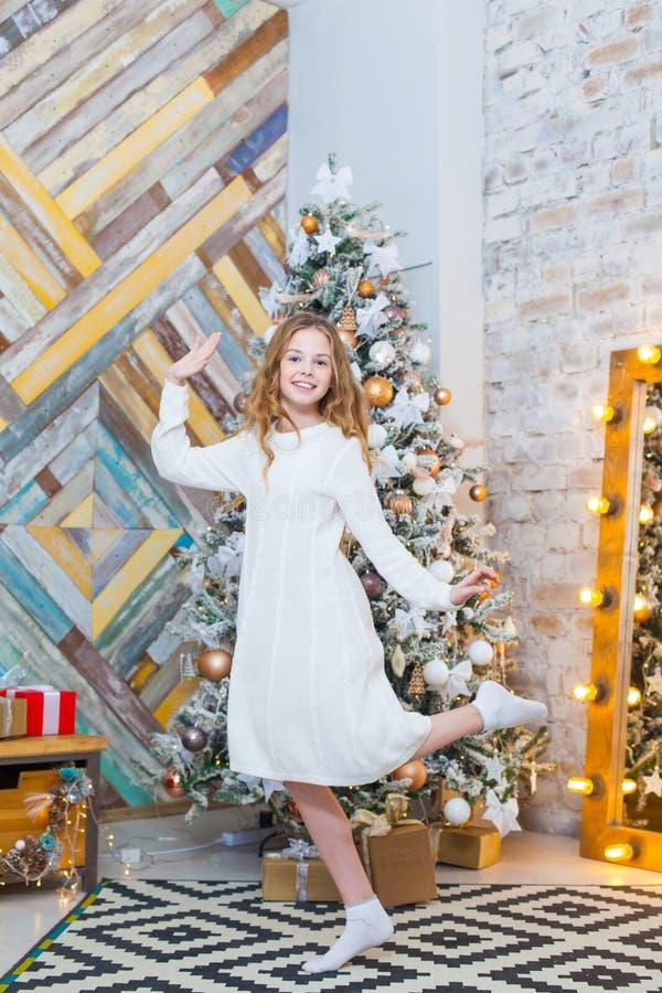 Kerstmis Mooi glimlachend meisje Over de lichtenachtergrond van de Kerstmisboom Gelukkig Nieuwjaar stock foto's