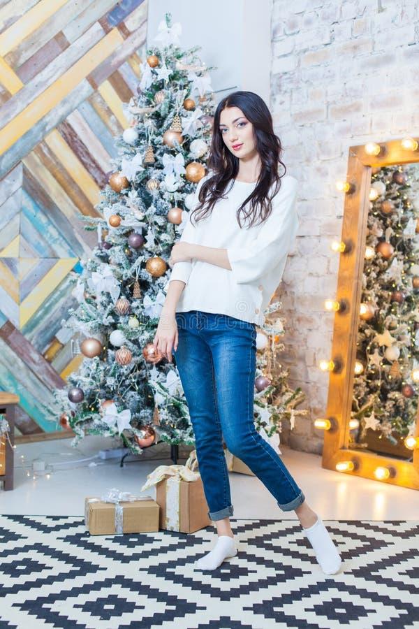 Kerstmis Mooi glimlachend meisje Over de lichtenachtergrond van de Kerstmisboom Gelukkig Nieuwjaar stock afbeelding