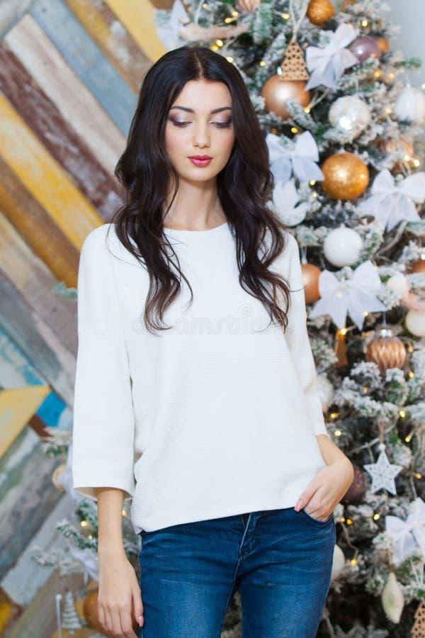 Kerstmis Mooi glimlachend meisje Over de lichtenachtergrond van de Kerstmisboom Gelukkig Nieuwjaar royalty-vrije stock afbeelding