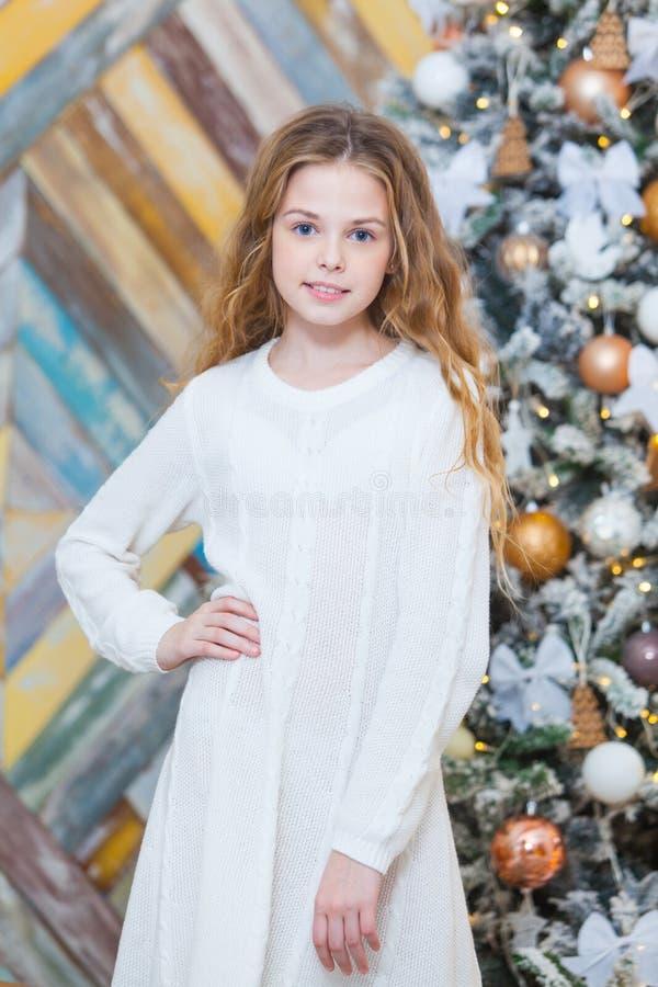 Kerstmis Mooi glimlachend meisje Over de lichtenachtergrond van de Kerstmisboom Gelukkig Nieuwjaar royalty-vrije stock foto's