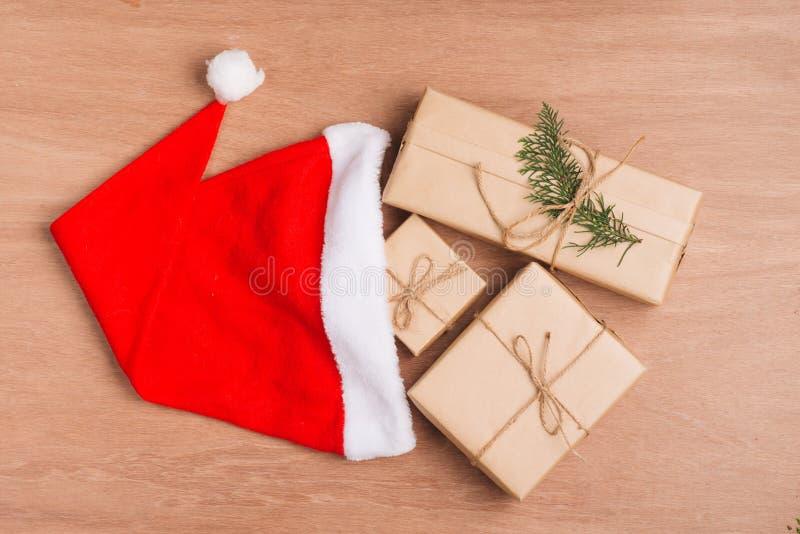 Kerstmis of Nieuwe die de dozeninzameling van de jaargift in kraftpapier-pap wordt verpakt stock afbeeldingen
