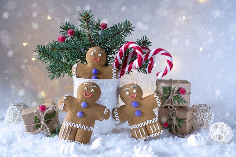 Kerstmis of nieuwe jaarkaart Kop met sparren, suikergoedriet en gemberkoekjes Op sneeuw witte heldere achtergrond stock afbeelding