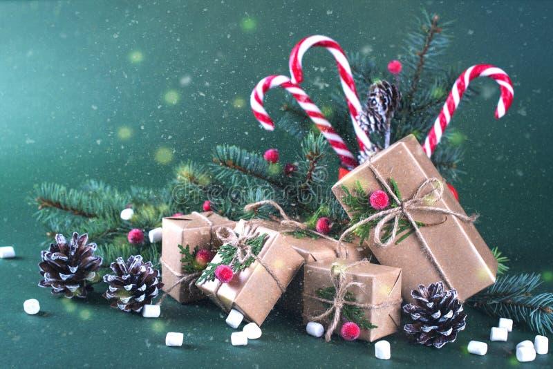 Kerstmis of nieuwe jaarkaart Kop met sparren, suikergoedriet Verpakkingsgiften in uitstekend beige ambachtdocument en natuurlijk  stock afbeeldingen