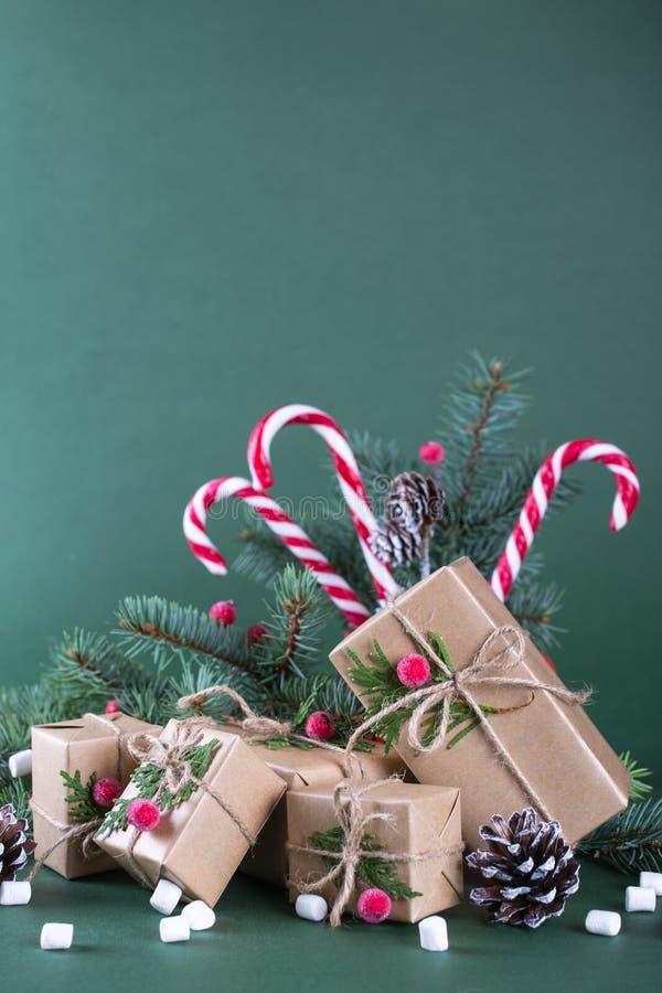 Kerstmis of nieuwe jaarkaart Kop met sparren, suikergoedriet Verpakkingsgiften in uitstekend beige ambachtdocument en natuurlijk  royalty-vrije stock foto's