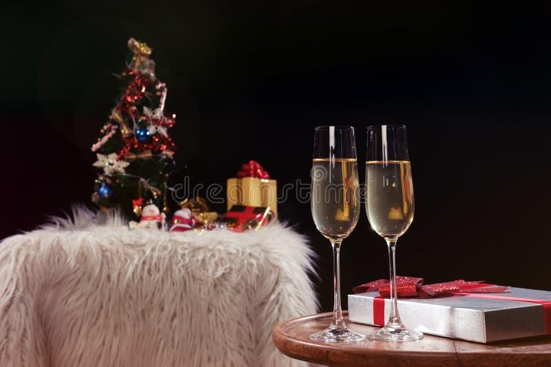 Kerstmis of Nieuwjaar de handen van Vieringsmensen met kristalglas royalty-vrije stock afbeeldingen
