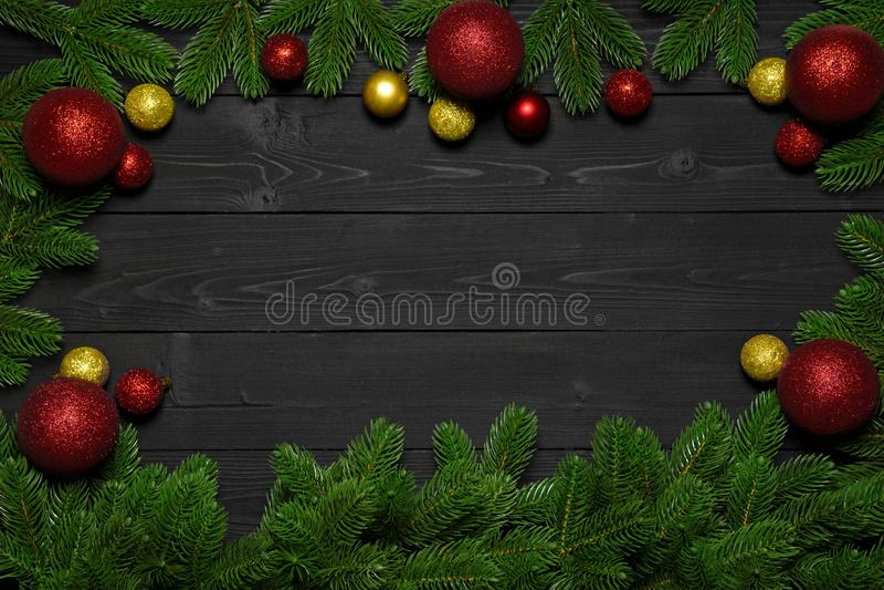 Kerstmis of Nieuwjaar donkere houten achtergrond Kerstmis zwarte die raad met seizoen hierboven decoratie wordt ontworpen, ruimte royalty-vrije stock afbeelding