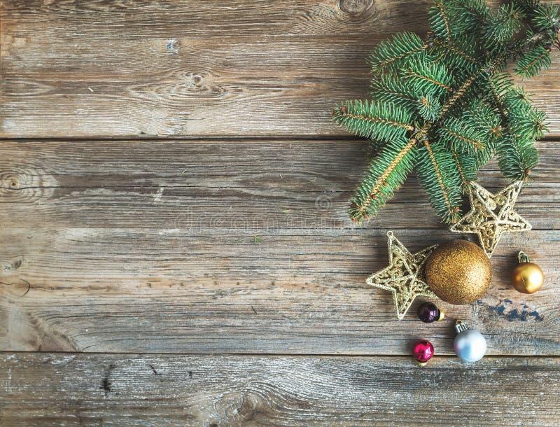 Kerstmis of Nieuwjaar vertakken de rustieke houten achtergrond zich met stuk speelgoed decoratie en de bontboom, hoogste mening royalty-vrije stock afbeelding