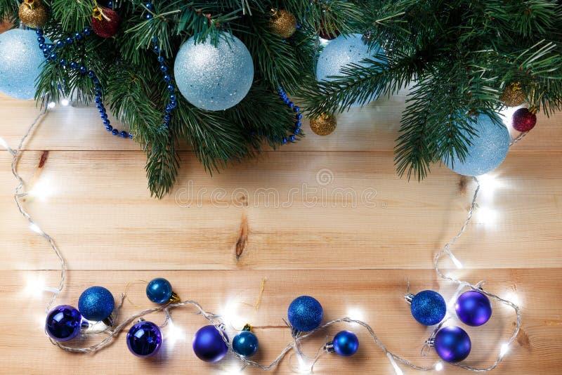 Kerstmis of Nieuwjaardecoratieachtergrond: bont-boom takken, kleurrijke glasballen op houten achtergrond De samenstelling van Ker stock foto's