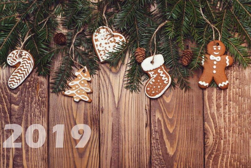 Kerstmis of Nieuwjaardecoratieachtergrond 2019 nieuwjaar Sparrentakken en peperkoek op houten rustieke achtergrond Exemplaar SP stock foto's