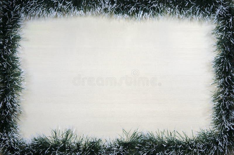 Kerstmis ontwerp-Kerstmis kaart met pijnboomnaalden wordt omzoomd met plaats voor tekst die royalty-vrije stock afbeelding