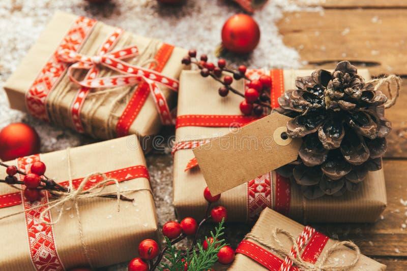 Kerstmis op verkoop met prijskaartje, winkelend in de Winter, het In dozen doen dag Kerstmisbevordering, stock foto