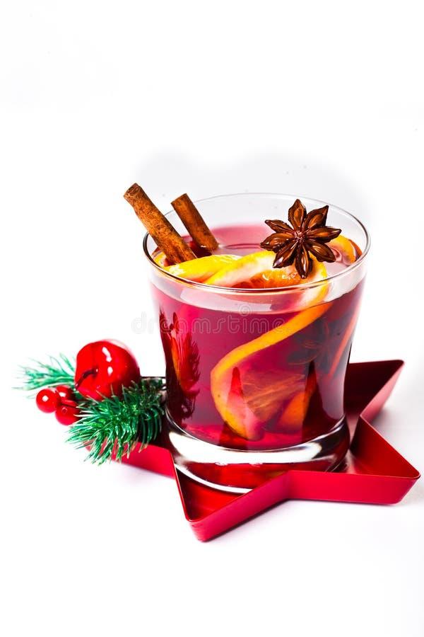 Kerstmis overwogen die wijn op witte achtergrond wordt geïsoleerd Roodgloeiende winst stock fotografie