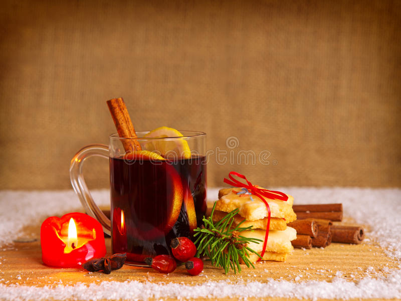 Kerstmis overwogen wijn en Komstkaars royalty-vrije stock afbeeldingen