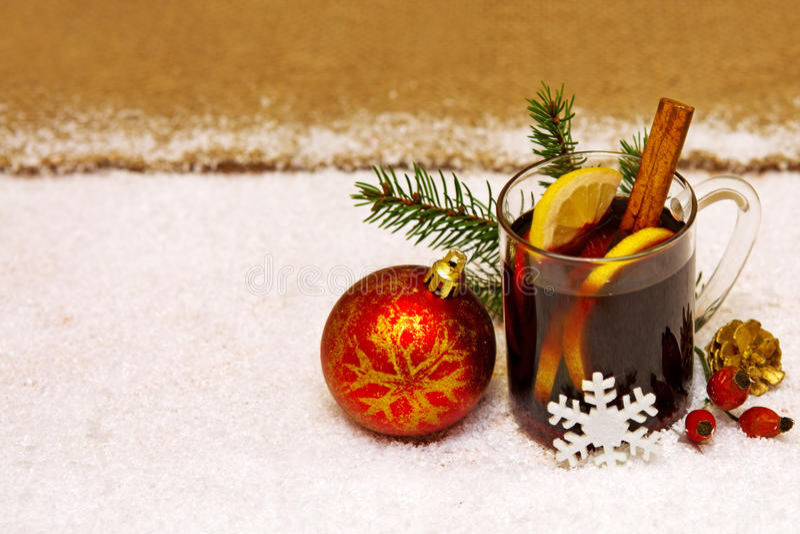 Kerstmis overwogen wijn en rode bal stock afbeeldingen