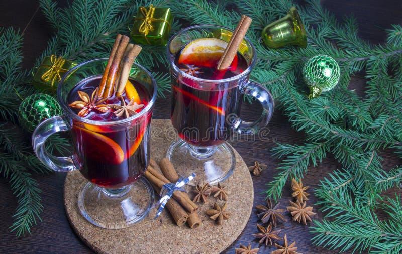 Kerstmis overwogen wijn met kaneel en sinaasappel stock foto