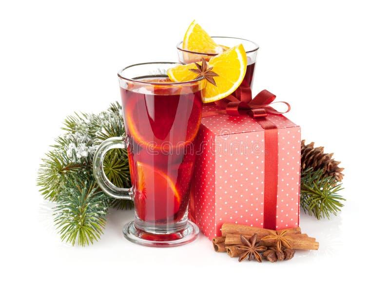 Kerstmis overwogen wijn met kruiden, giftdoos en sneeuwspar stock afbeelding