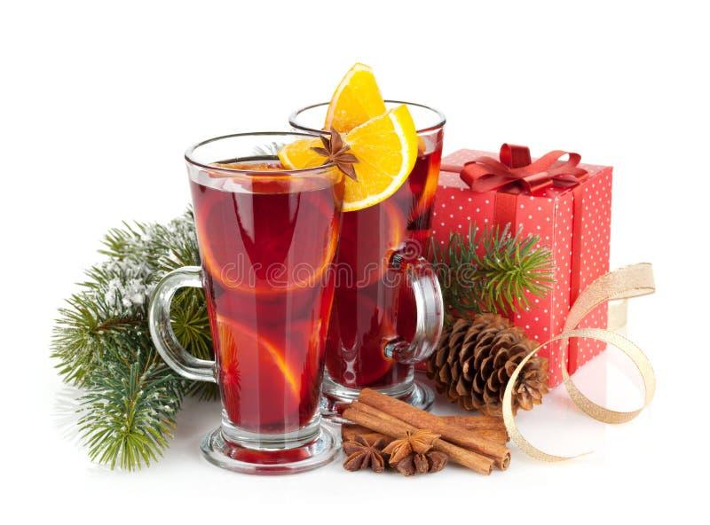 Kerstmis overwogen wijn met kruiden, giftdoos en sneeuwspar stock foto
