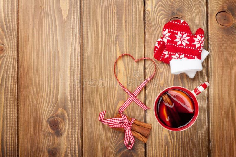 Kerstmis overwogen wijn op houten lijst stock fotografie