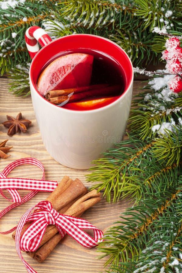Kerstmis overwogen wijn op houten lijst royalty-vrije stock fotografie