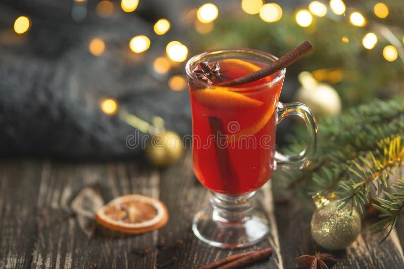 Kerstmis overwoog rode wijn met kruiden en vruchten op een houten rustieke lijst Traditionele hete drank in het Nieuwjaar, met fe royalty-vrije stock fotografie