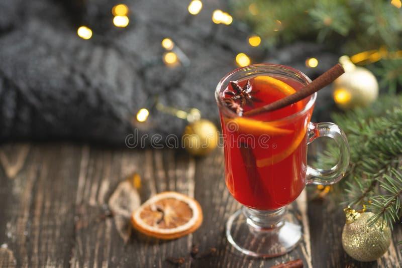Kerstmis overwoog rode wijn met kruiden en vruchten op een houten rustieke lijst Traditionele hete drank in het Nieuwjaar, met fe stock afbeelding
