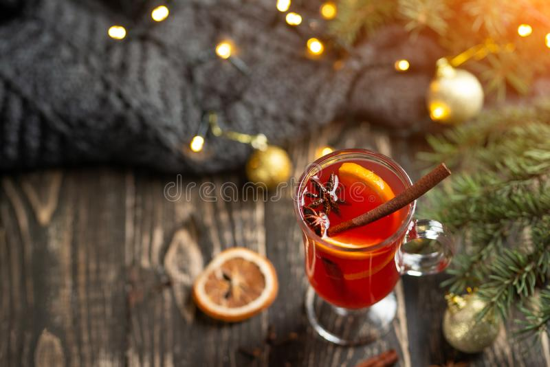 Kerstmis overwoog rode wijn met kruiden en vruchten op een houten rustieke lijst Traditionele hete drank in het Nieuwjaar, met fe royalty-vrije stock afbeelding