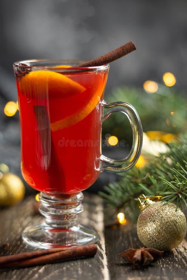 Kerstmis overwoog rode wijn met kruiden en vruchten op een houten rustieke lijst Traditionele hete drank in het Nieuwjaar, met fe royalty-vrije stock foto