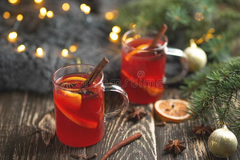 Kerstmis overwoog rode wijn met kruiden en vruchten op een houten rustieke lijst Traditionele hete drank in het Nieuwjaar, met fe stock afbeeldingen