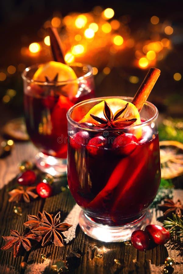 Kerstmis overwoog rode wijn met kruiden en vruchten op houten rus stock foto's