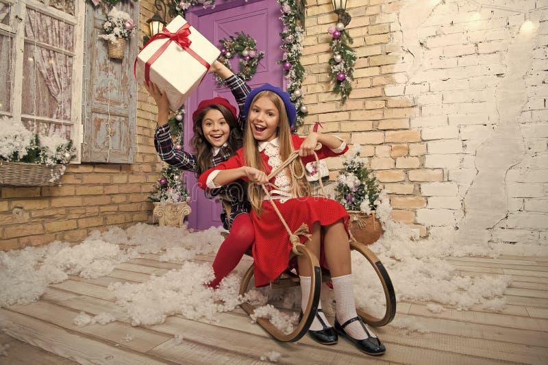 Kerstmis is reeds hier Meisje het sledding met de doos van de Kerstmisgift Kleine leuke meisjes ontvangen vakantiegiften Jonge ge royalty-vrije stock fotografie