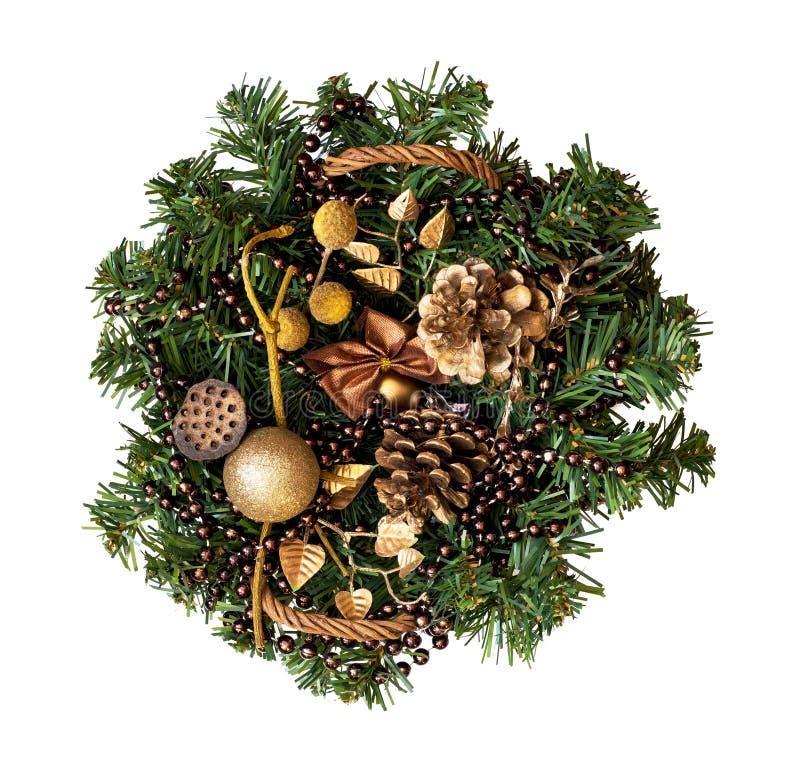 Kerstmis rieten mand met decoratie en een tak van pijnboom stock afbeelding