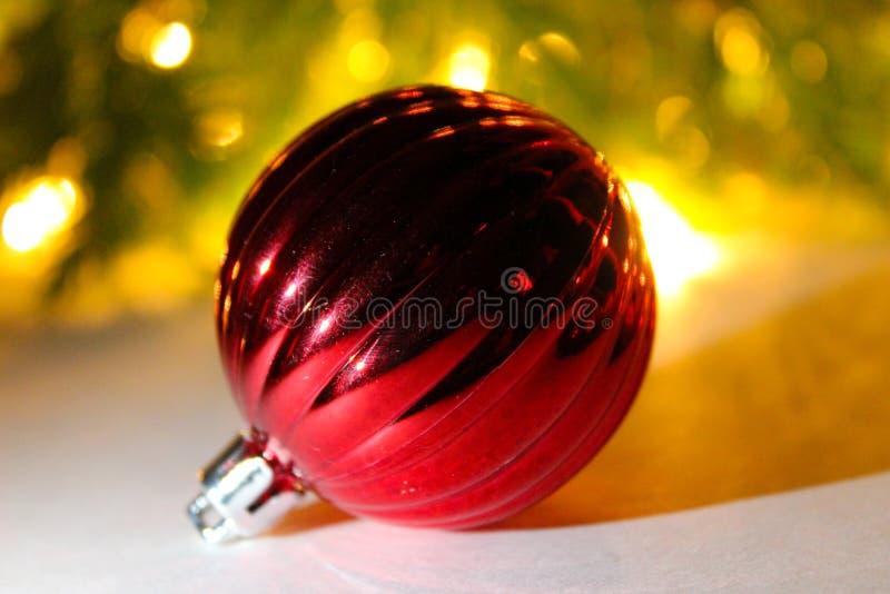 Kerstmis rode bal op een Kerstboom met lichtenachtergrond royalty-vrije stock fotografie