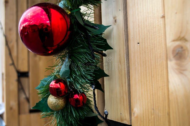 Kerstmis rode ballen in Roemenië stock fotografie