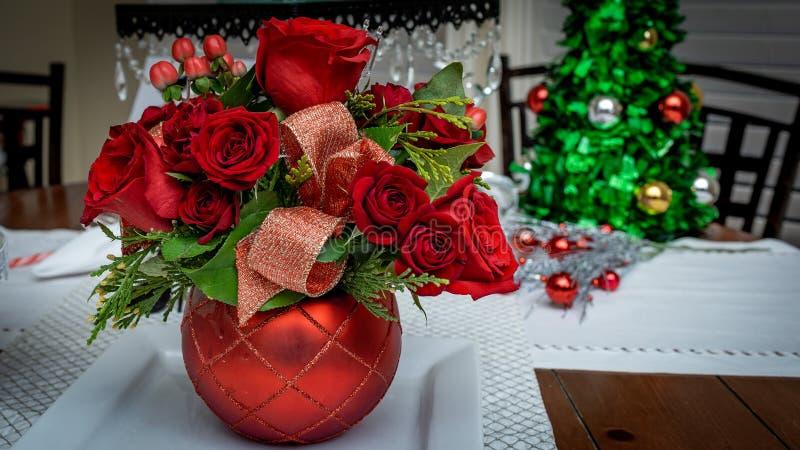 Kerstmis Rode Rose Floral Arrangement Background royalty-vrije stock afbeeldingen