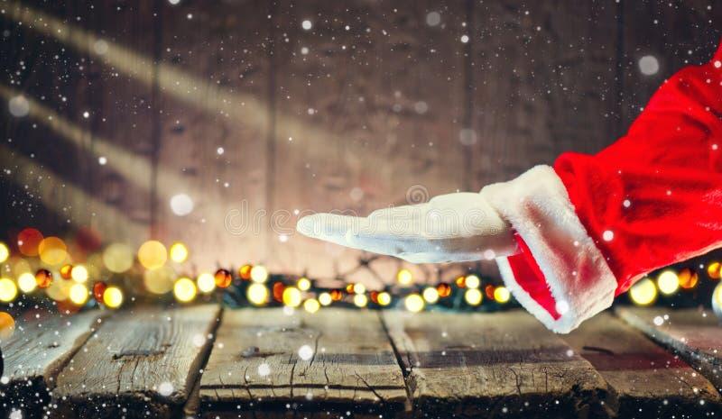 Kerstmis Santa Claus die lege exemplaarruimte op de open handpalm tonen voor tekst royalty-vrije stock foto