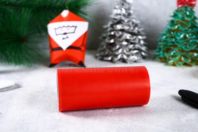 Kerstmis Santa Claus van toiletpapierhub, gekleurd document, teller, lijm, vislijn en katoenen stootkussen wordt gemaakt dat DIY- royalty-vrije stock afbeelding