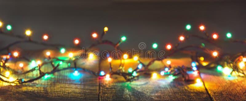 Kerstmis steekt slinger op donkere achtergrond aan De kaart van de vakantie stock foto