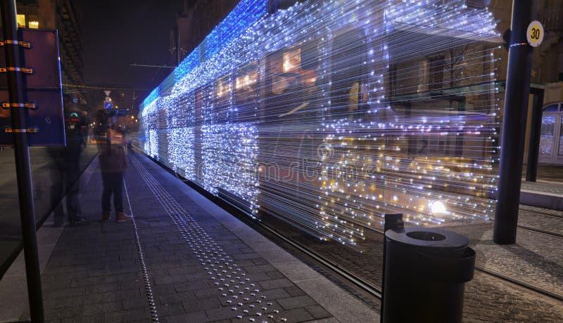 Kerstmis steekt tram het weggaan aan royalty-vrije stock afbeelding