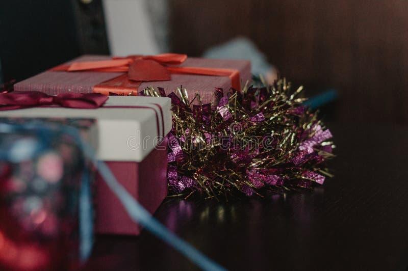 Kerstmis stelt met slingers op de houten lijst voor stock afbeeldingen