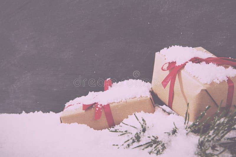 Kerstmis stelt in sneeuw voor tegen bord Uitstekend Retro FI stock fotografie