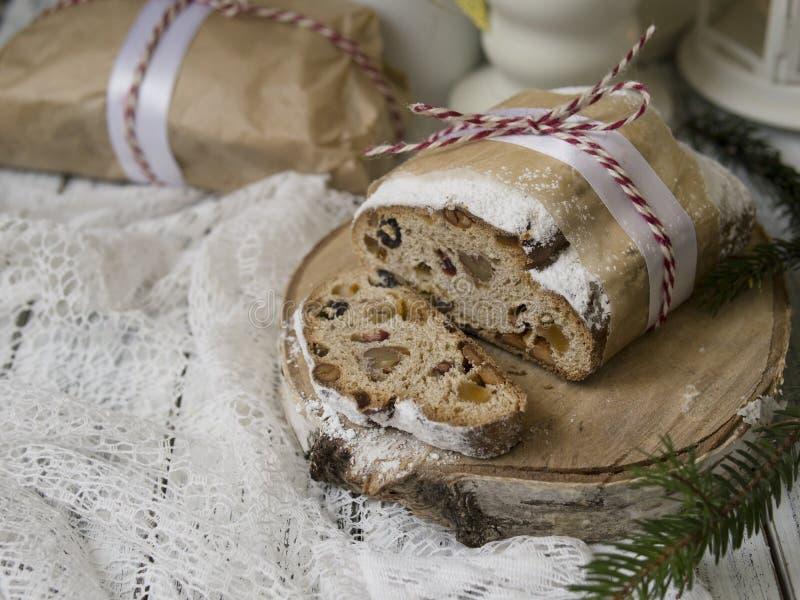 Kerstmis Stollen van Dresden met rozijnen, de droge abrikozen, de droge kersen, de noten en de gekonfijte vruchten in suiker poed royalty-vrije stock foto