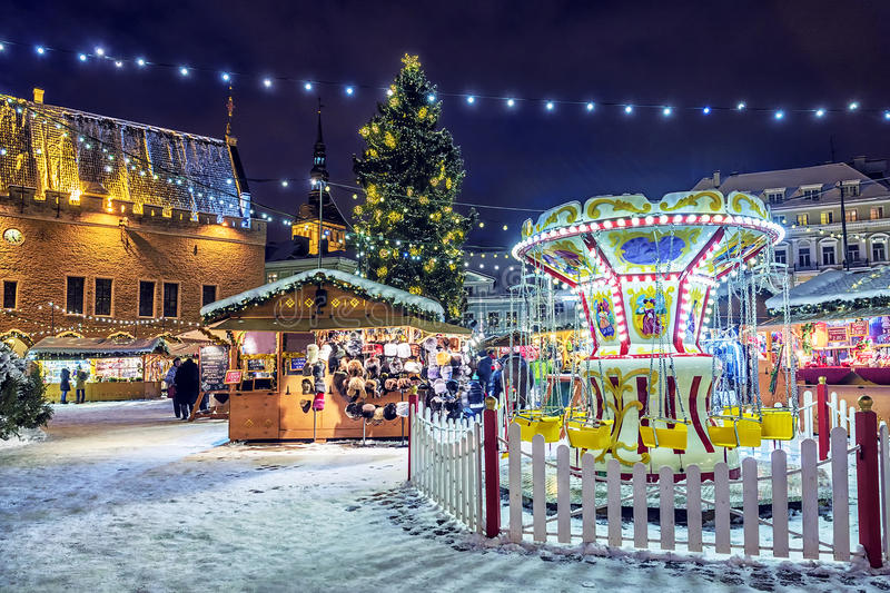 Kerstmis in Tallinn Stad Hall Square met Kerstmismarkt royalty-vrije stock afbeelding