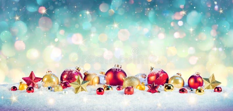Kerstmis Uitstekende Achtergrond - Snuisterijen op Sneeuw stock fotografie