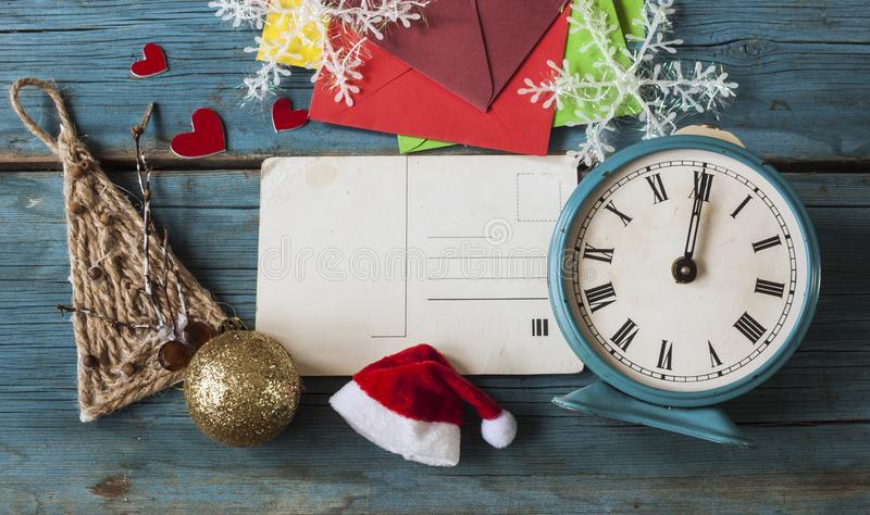 Kerstmis uitstekende kaart op uitstekende oude houten raad als achtergrond royalty-vrije stock foto