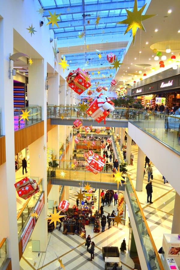 Kerstmis verfraaid winkelcomplex royalty-vrije stock fotografie