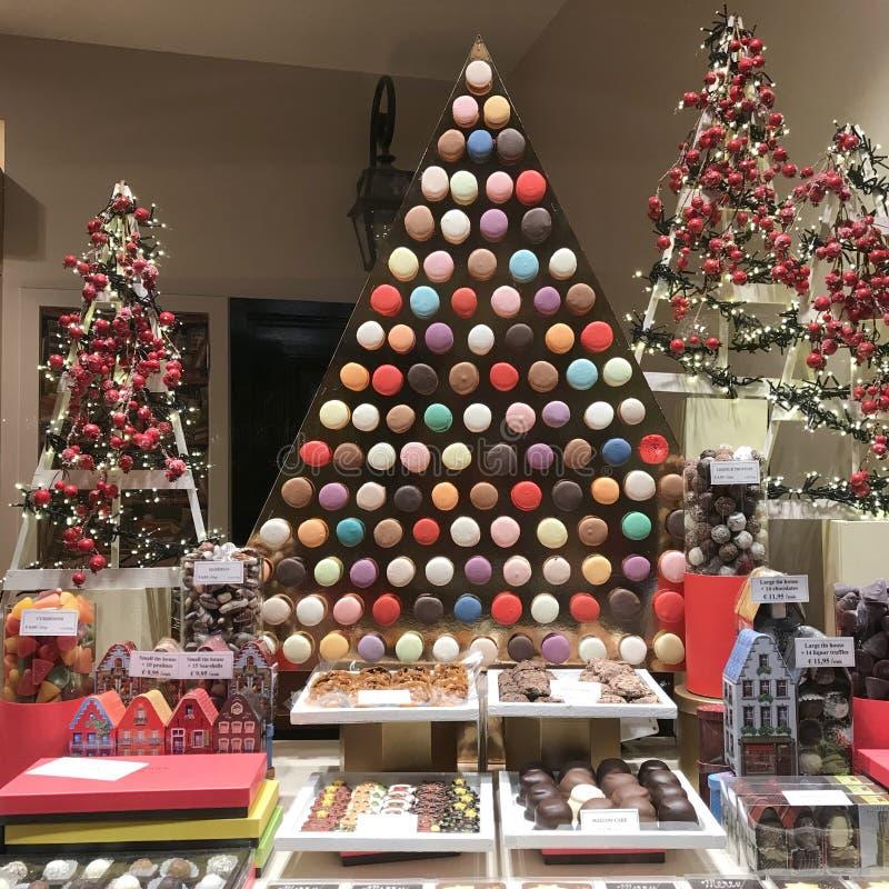 Kerstmis verfraaide patisserie met makarons, koekjes, chocoladedozen en suikergoed royalty-vrije stock fotografie